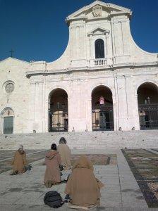 Svētceļotāji pie svarīgākās Cagliari bazilikas