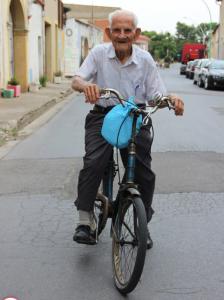 102 gadu vecumā ritenis ved ātrāk nekā kājās.